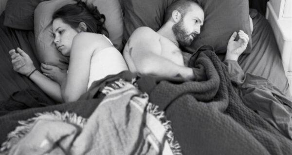 Фотограф удалил телефоны со снимков, чтобы показать, как мы далеки друг отдруга