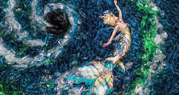 Зачем фотограф утопил русалок в пластиковых бутылках