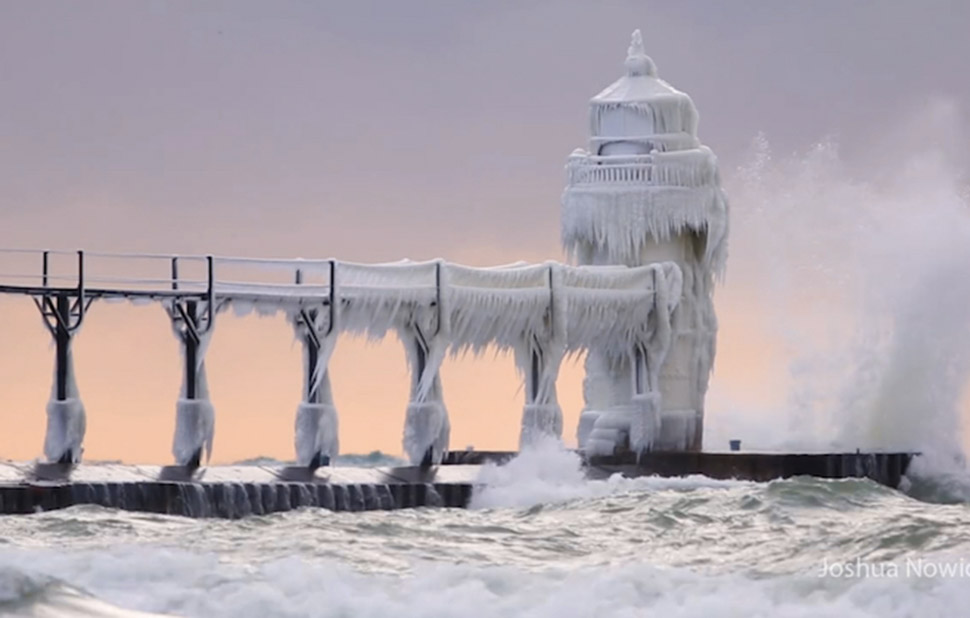 Маяк в Мичигане совсем замерз и превратился в сказочную башню
