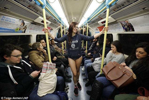 В метро в одних трусах — в Лондоне прошел «День без штанов»
