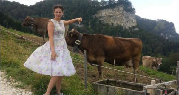 Активистке-вегану отказали в швейцарском гражданстве из-за борьбы с колокольчиками укоров