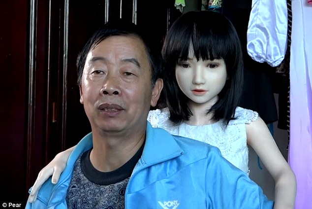 Китаец завел целый гарем из семи резиновых женщин