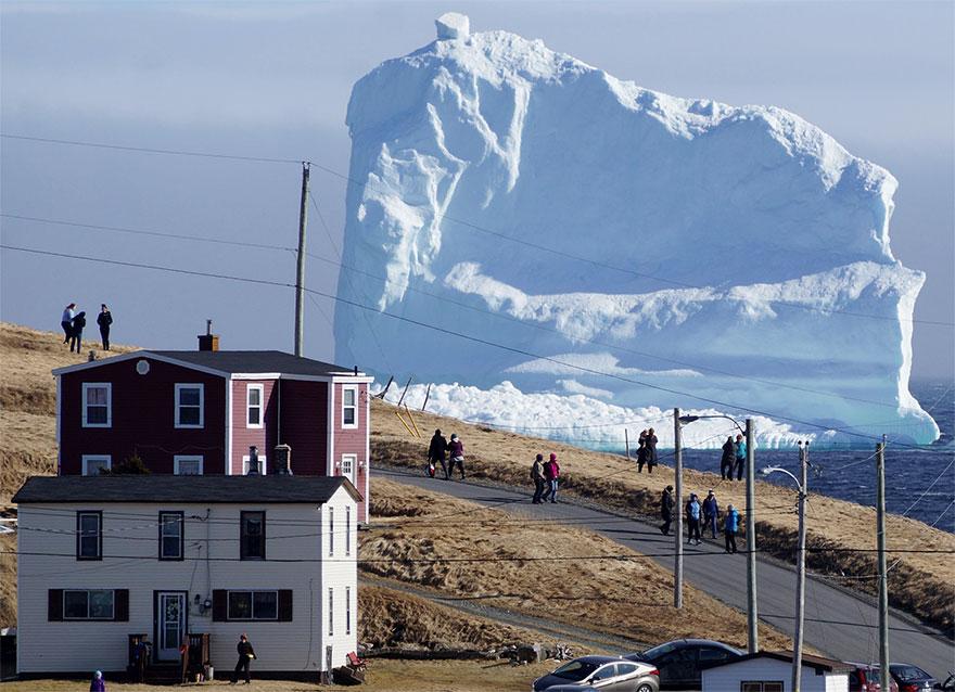 Из-за огромного айсберга в канадской деревне собираются километровые пробки