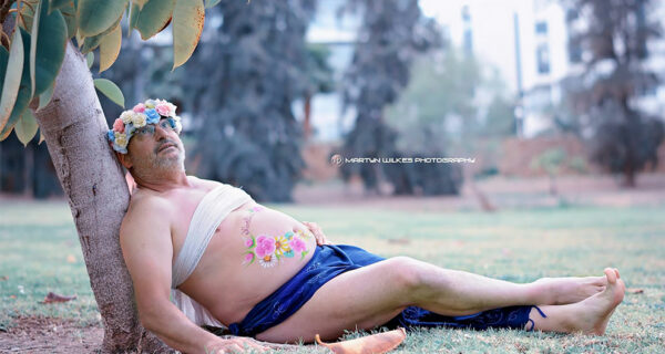 Отец двух детей с «пивным пузиком» устроил пародию на типичную фотосессию беременных