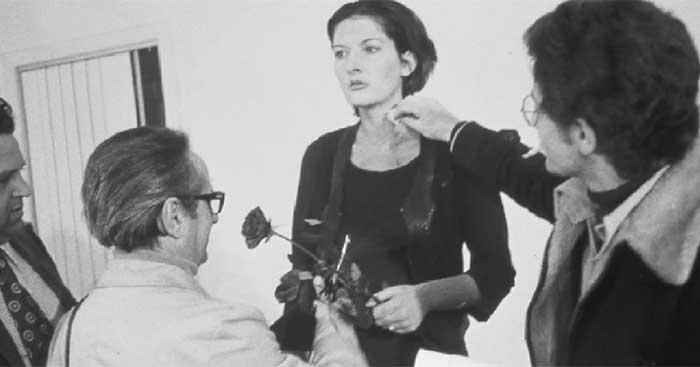 Страшный эксперимент: художница стояла 6 часов смирно и позволяла зрителям творить с ней что угодно