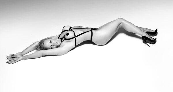 Иногда они возвращаются: Памела Андерсон снялась в шикарной рекламе нижнего белья