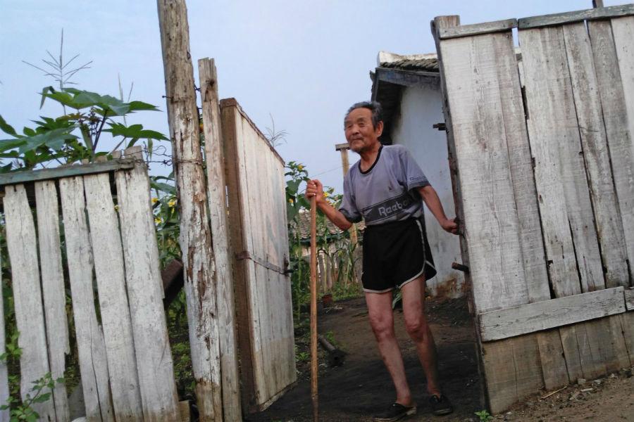 Фотограф снял на телефон удручающие кадры из жизни людей в Северной Корее