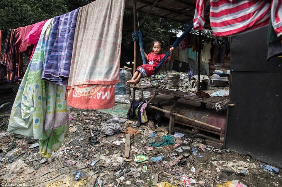 Ինչպես են հազարավոր մարդիկ ապրում Ասիայի ամենամեծ աղբանոցներից մեկում (լուսանկարներ)