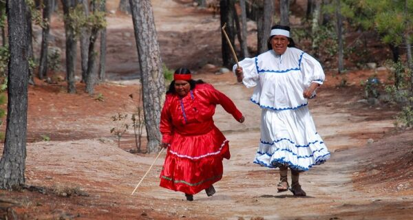 В забеге на 50 километров победила мексиканка в сандалиях июбке