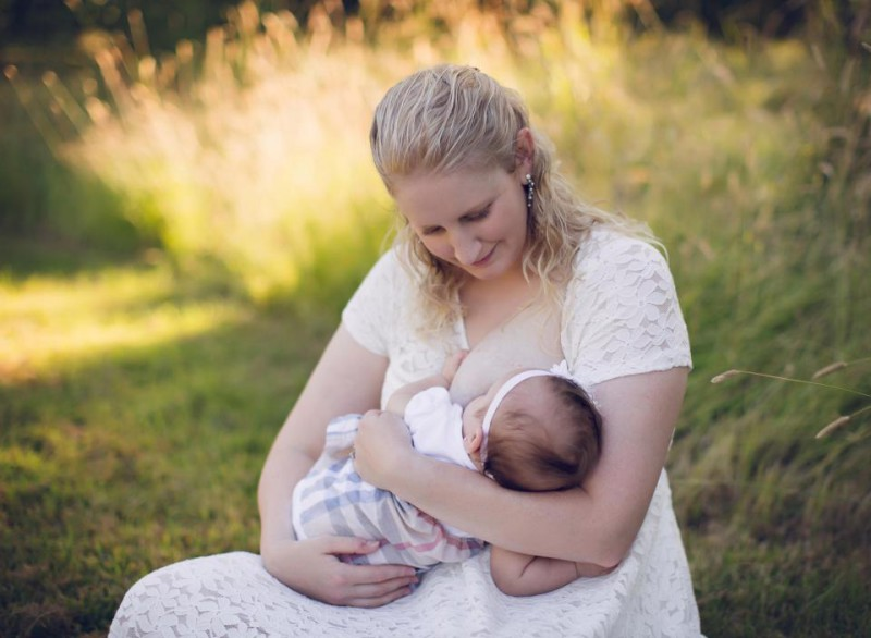 Молочная грудь женщины
