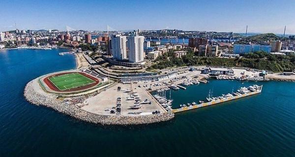 Во Владивостоке достроили футбольное поле, с трех сторон окруженное морем