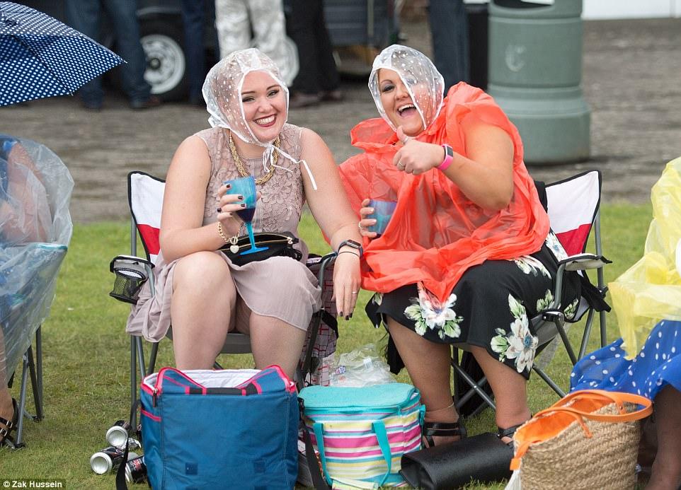 Моя прекрасная алколеди: британки умеют веселиться даже при дожде и штормовом ветре!