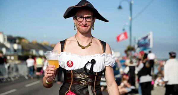 Якорь им в глотку: пьяные пираты помешали британскому городу установить мировой рекорд