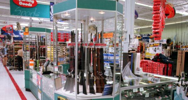 В США над стендом с ружьями повесили плакат «Начни учебный год какгерой»