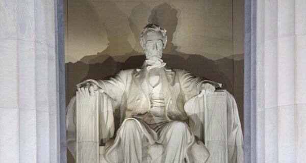 «Здесь был Нурик»: киргиз может присесть на 10 лет за порчу мемориала Линкольна