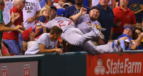 Пир во время игры: бейсболист рассыпал чипсы болельщика и купил ему новые прямо во времяматча