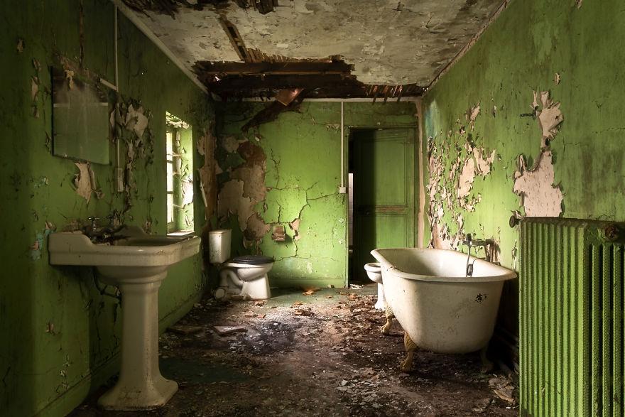 abandonedbathroom 1 59da2c75d42ee  880 - Осколки старой Франции: заброшенные здания невероятной красоты