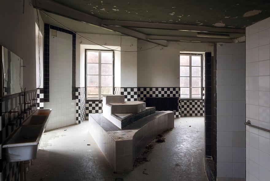 abandonedbathroom 2 59da2c7fead3f  880 - Осколки старой Франции: заброшенные здания невероятной красоты