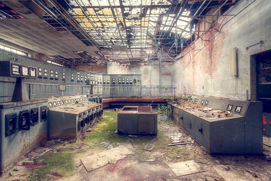 abandonedcontrolroom 59da2cdc314f6  880 - Осколки старой Франции: заброшенные здания невероятной красоты