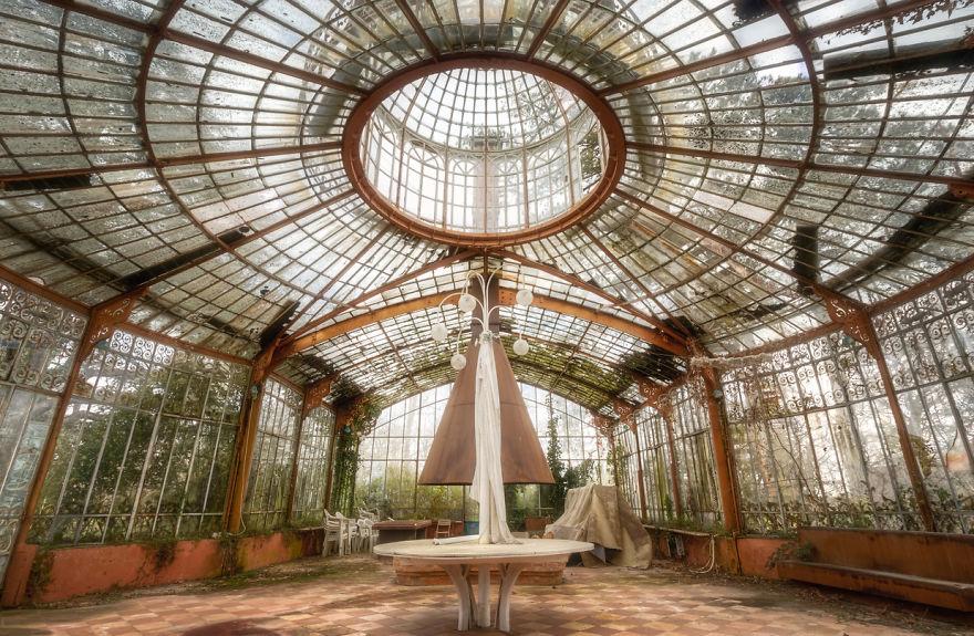 abandonedgreenhous 1 59da2cf7e6107  880 - Осколки старой Франции: заброшенные здания невероятной красоты