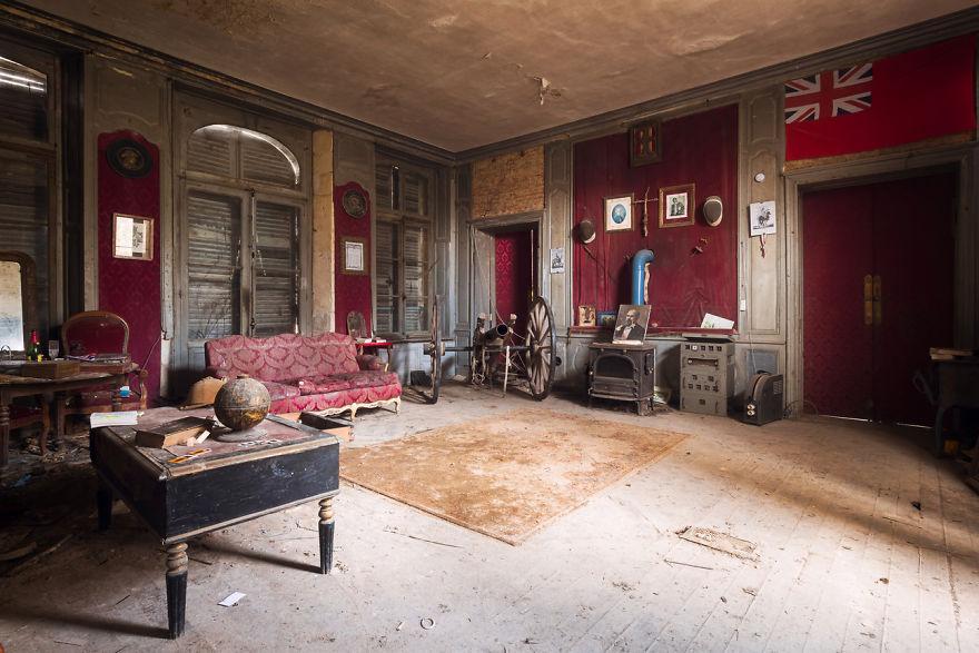 abandonedlivingroom 59da2d0fa8573  880 - Осколки старой Франции: заброшенные здания невероятной красоты