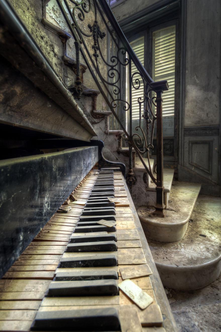 abandonedpiano 59da2d223e1f1  880 - Осколки старой Франции: заброшенные здания невероятной красоты