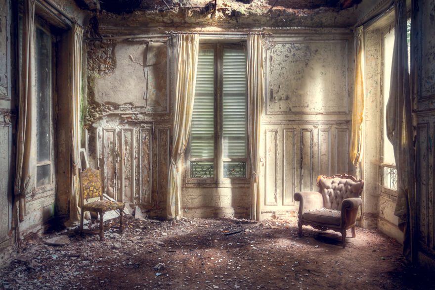 abandonedroom 2 59da2d3ce8c50  880 - Осколки старой Франции: заброшенные здания невероятной красоты