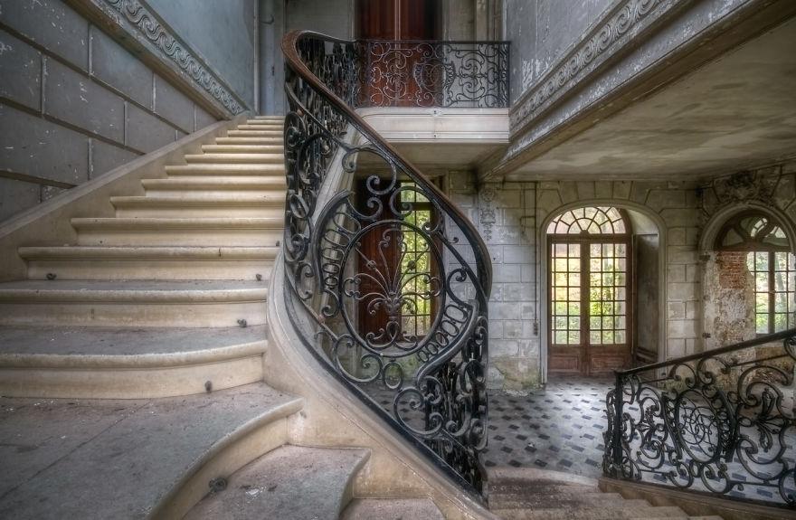 abandonedstairs 3 59da2d6410ac5  880 - Осколки старой Франции: заброшенные здания невероятной красоты