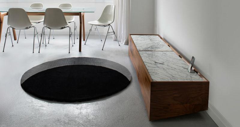 Коврик в виде черной дыры, чтобы пугать гостей
