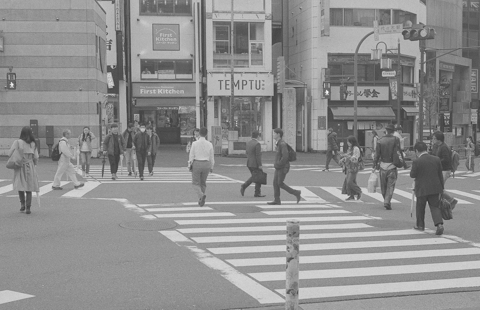 Японец пристает к европейке