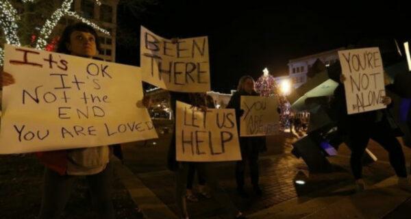 Неравнодушные прохожие спасли мужчину от самоубийства песнями и плакатами
