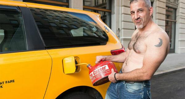 Хотят на работу в FakeTaxi? Нью-йоркские таксисты источают сексуальность для календаря на 2018год