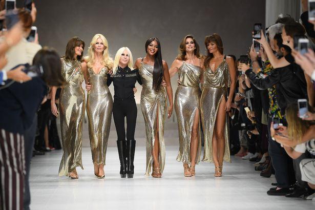 Показ коллекции платьев от Versace в Милане