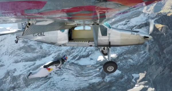 Двое французов прыгнули с 4000-метровой горы и влетели в дверь движущегося самолета