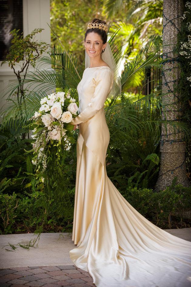 575e48f2352 85 лет и все еще впору  4 поколения женщин семьи выходят замуж в ...