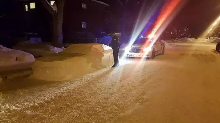 Canadian blinded from the snow a car to raffle janitors, and attracted the attention of police