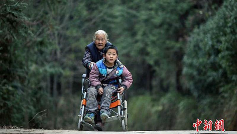 76-летняя бабушка каждый день проходит 24 километра, чтобы отвести внука-инвалида в школу