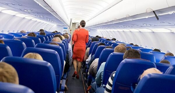 Пассажирам самолета раздали прощальное письмо от капитана, но они зря испугались