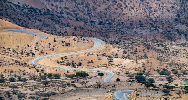 Китайцы постепенно завоевывают Африку, строя безупречные дороги, по которым никто неездит