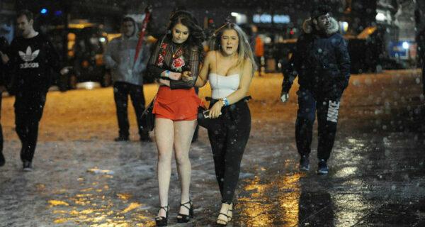 На шпильках сквозь снег и ветер: даже «Зверь с Востока» не остановил британок от желания напиться в выходной