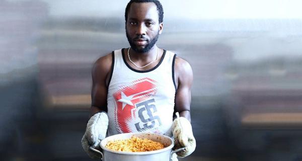 Налог на колонизаторов или расизм наоборот? Нигериец продает белым еду на 18 долларов дороже