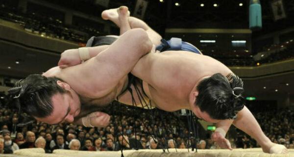 Когда традиции важнее жизни: японскому мэру стало плохо на ринге, но помочь ему не разрешили