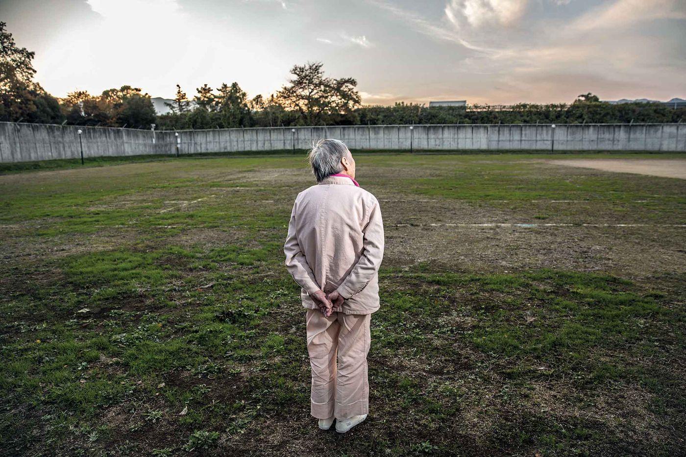 Почему пожилые люди в Японии намеренно совершают мелкие преступления и хотят попасть в тюрьму