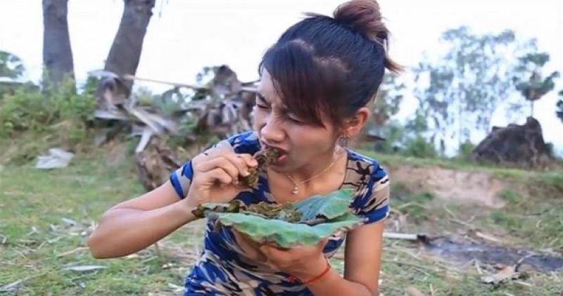 «Подписывайся на канал! Жми на колокольчик!»: камбоджийка поедала редких животных на камеру