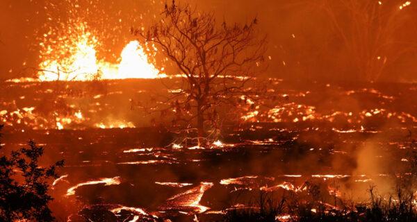 Гавайи горят синим пламенем: извержение вулкана Килауэа набирает обороты