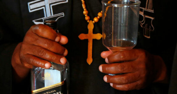 «В алкоголе нет ничего плохого!»: как проходят службы в церкви для пьяниц