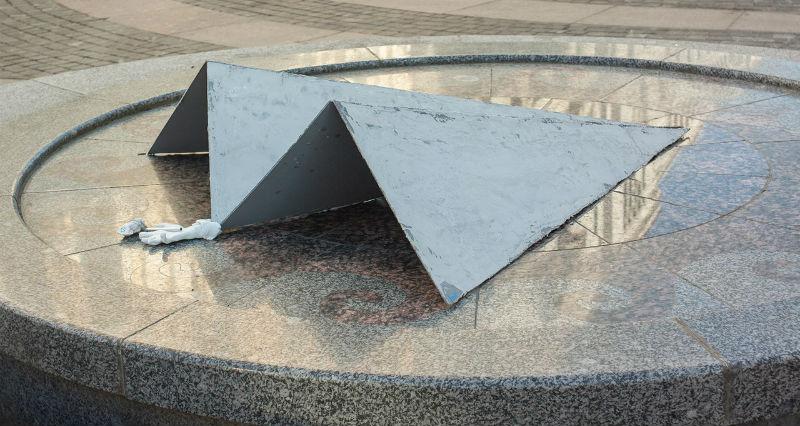 В Петербурге установили памятник Telegram, который «размазал по асфальту» чиновника РКН