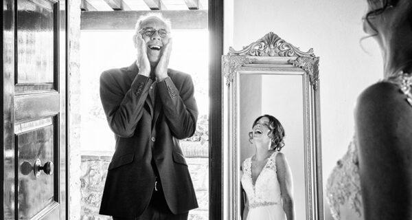 20 эмоциональных фото, на которых отцы впервые увидели своих дочерей в свадебных платьях