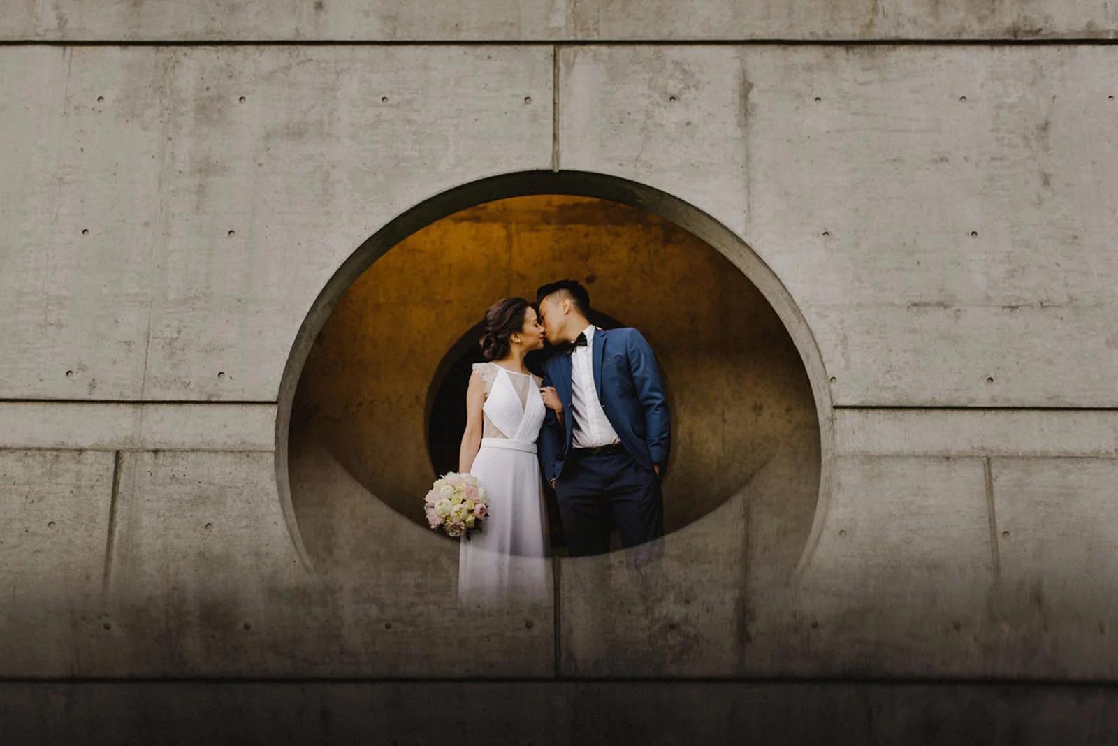 Свадебные снимки в отражении смартфона. Фото
