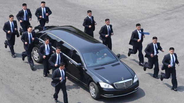 Люди в костюмах: кто такие бегущие телохранители Ким Чен Ына охранники, лидера, безопасности, рядом, страны, которые, формируют, управления, Главного, вокруг, проходят, главы, охранников, Командования, адъютантов, Сингапуре, Кореи, Северной, Охранники, являются